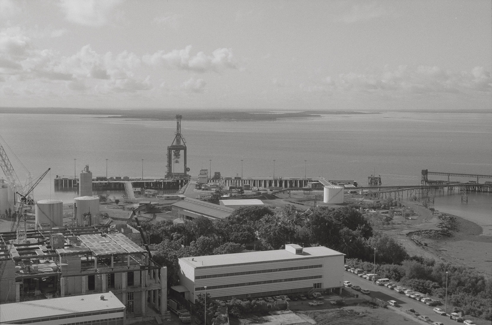 Darwin skyline from the roof on NT House, toward Fort Hill Wharf, Supreme Court under construction, 2 February 1990<br />Image courtesy of Library & Archives NT,  Department of the Chief Minister, NTRS 3823 P1, Box 11, BW2881, Image 33